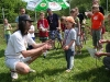 Cena pro nejmladšího účastníka, Rostiček Parolek, necelé 4 roky, dostává z rukou mistra biče Boba Montany dětský honácký bič.